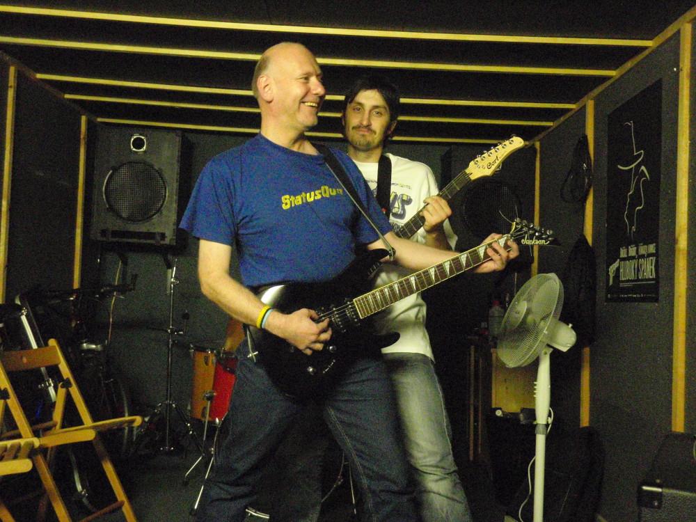 Bob je rockovým fanouškem, který sice na kytaru nehraje, ale rád s ní pózuje.